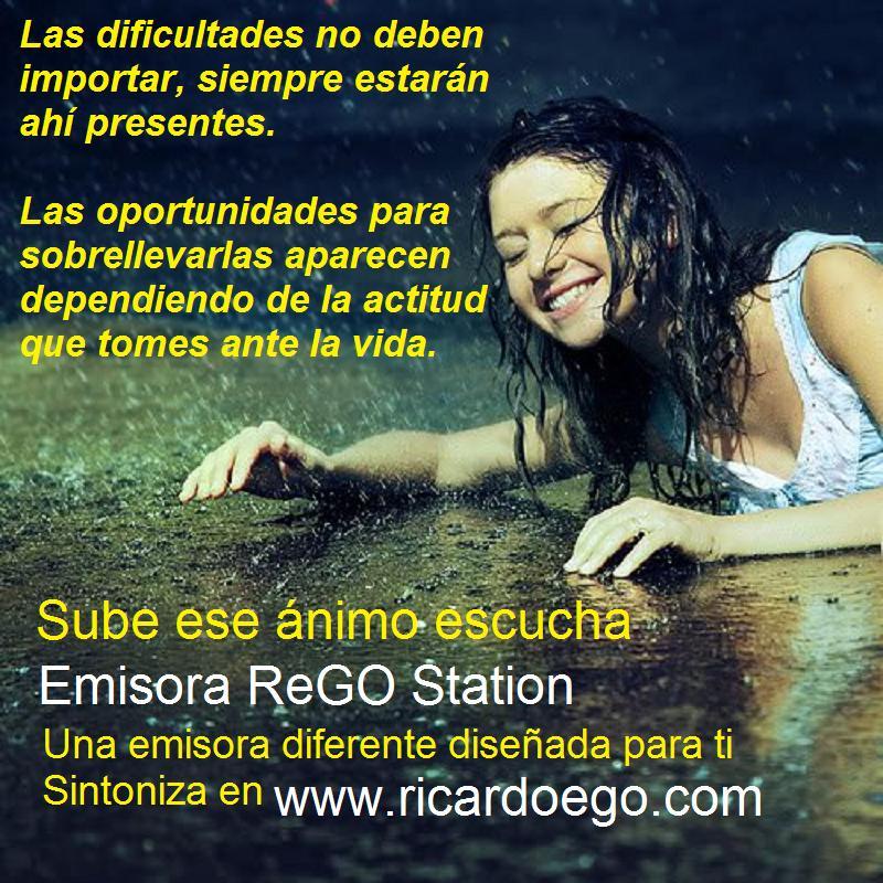 Chica riendo bajo la lluvia