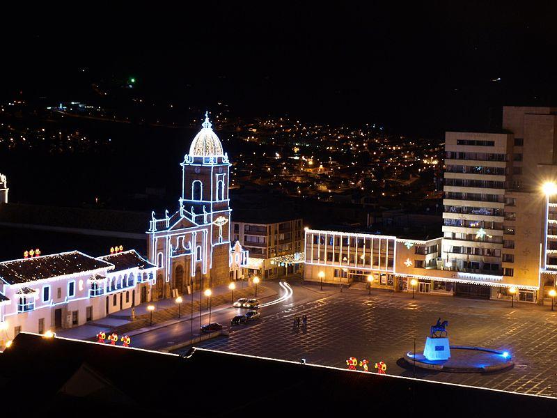 800px-Plaza_de_bolivar_nocturna