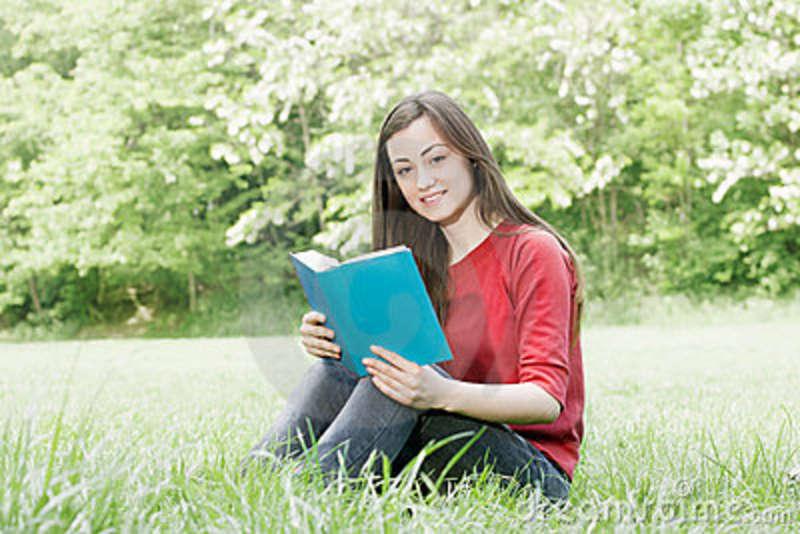 estudiante-feliz-al-aire-libre-relajado-19525133