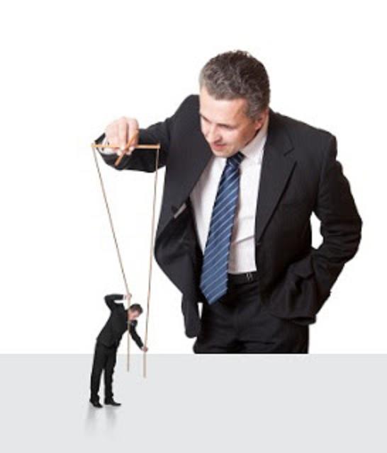 directivo-y-empleado-marioneta